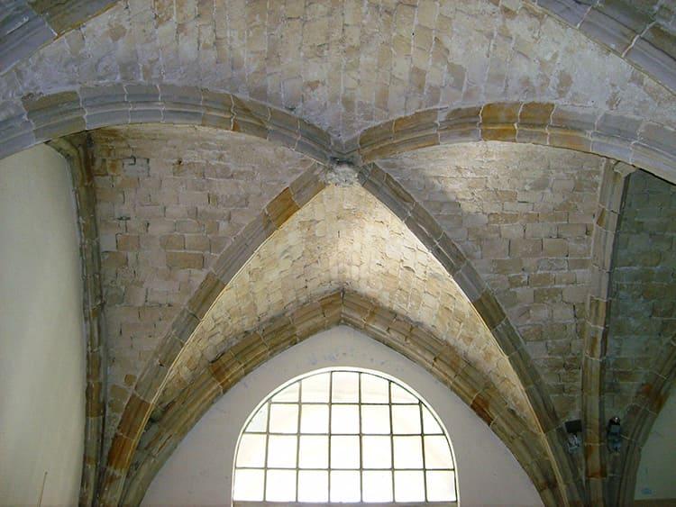 Арочная система образовалась на основе романских крестовых сводов с декоративными каменными рёбрами, выступающими наружу