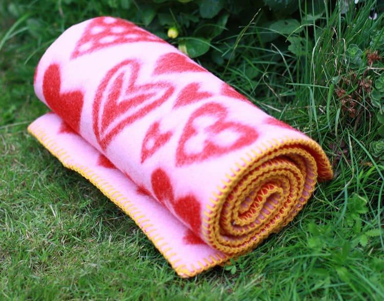 Из качественного изделия шерсть не должна торчать, вылезать или сыпаться