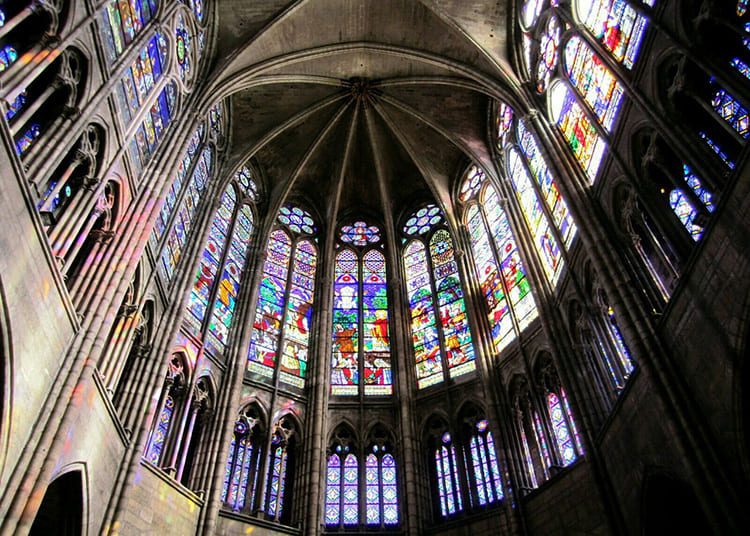 Неоспорима роль первого храма Сен Дени, объединившего все значимые атрибуты готики и заложившего основы развития художественного направления