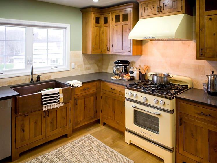 Угловой вариант наиболее удобный и востребованный, весь процесс готовки происходит на расстоянии «вытянутой руки»