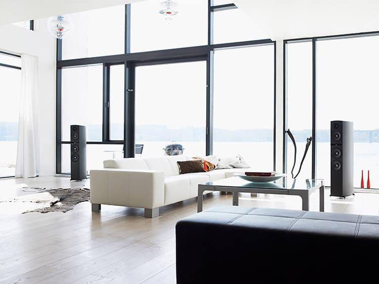 Огромные окна в современной гостиной