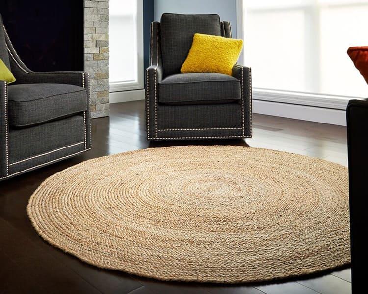 Круглые коврики, плетёные по спирали, могут уютно расположиться в любом месте комнаты: у журнального столика или под напольным горшком с цветком