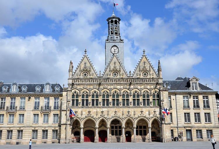 Здание ратуши в Сен-Кантене, заложенное в 1351 году