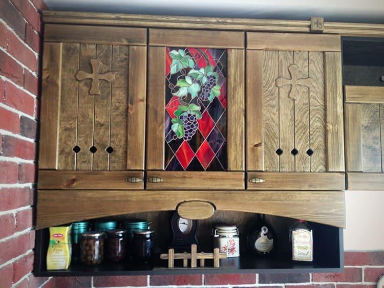 В дверцы предметов гарнитура часто вставляют витражное или матовое стекло
