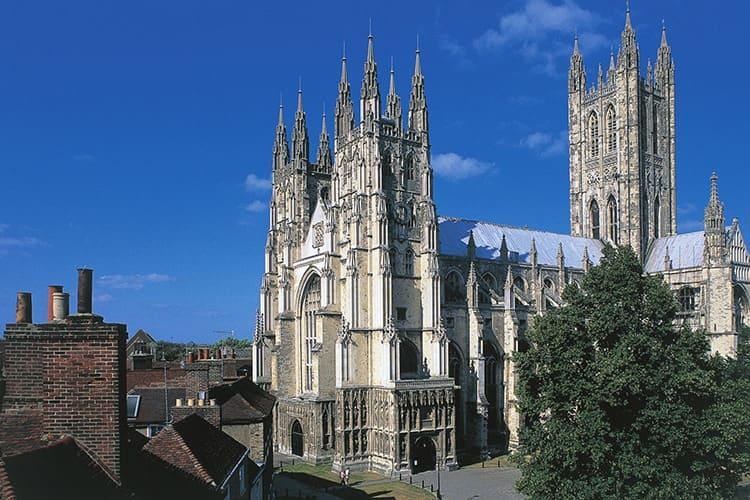Кентерберийский собор, заложенный в 1274 году, уже имел некоторые отличия от классики французской готики