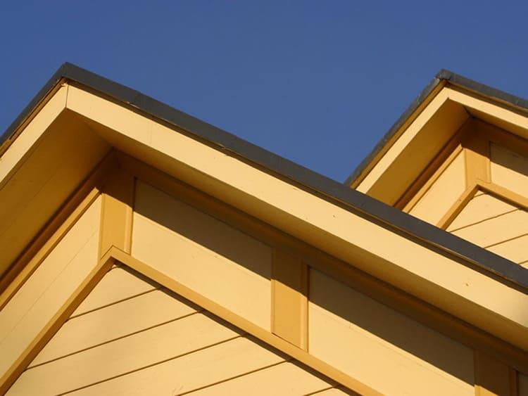 Торцевая планка помогает красиво оформить торец крыши