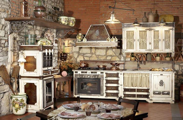 Прибавляют кантри-колорита напольные и стеновые шкафы, прикрытые ткаными занавесками, а также предметы садовой мебели и плетеного инвентаря