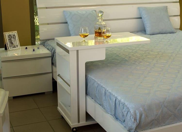 Мобильный столик можно использовать не только для завтрака в постели, но и в любом другом месте