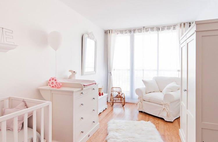 Белая комната - это традиционное решение для комнаты новорождённой