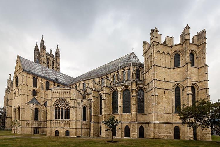 Готика Англии характеризуется растянутыми фасадами и сравнительно небольшими башнями западной стороны