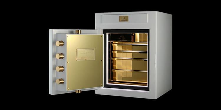 Работает подсветка от батареек или сети и автоматически загорается при открытии дверцы