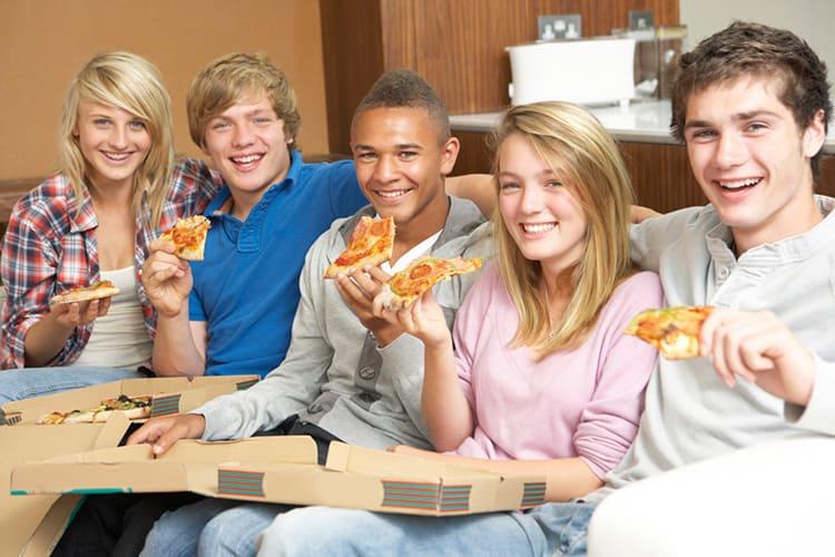 Хорошо расположиться с друзьями на кухне на удобном диванчике