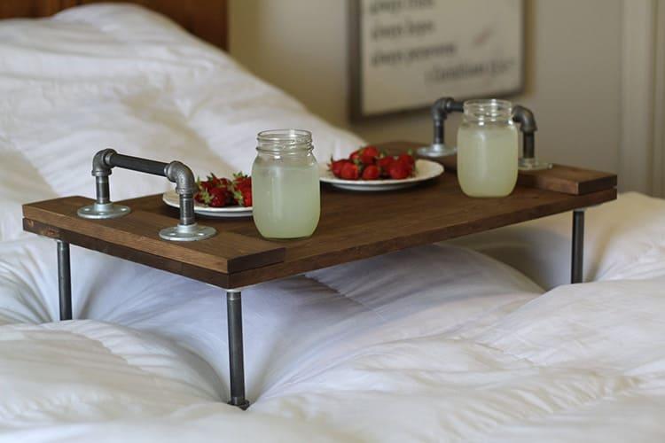 Такой простой предмет, как накроватный столик имеет много разновидностей
