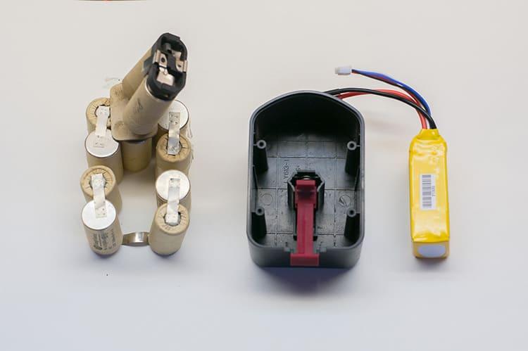 В состав аккумулятора входят электроды и электролит