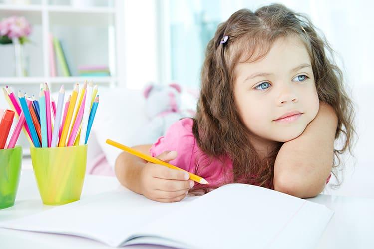 Оставьте в интерьере свободу для внесения каких-то изменений. Пусть малышка размещает свои рисунки и поделки, фото и постеры. Пусть сама меняет что-то в собственной комнате хоть каждый день