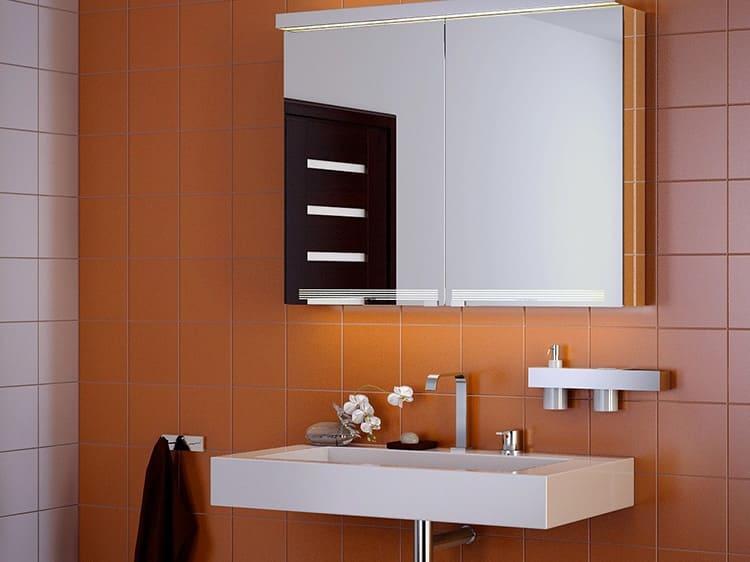 Первое, что приходит на ум – шкафчик с зеркальными дверцами