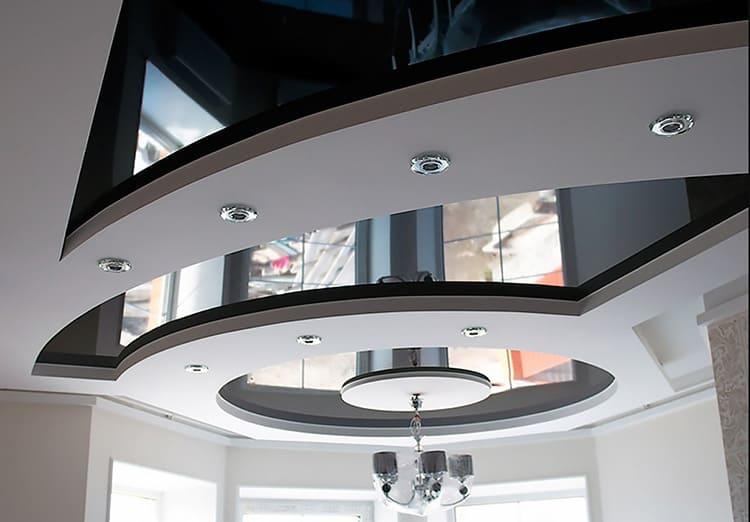 Прекрасный вариант сочетания гипсокартона и натяжной конструкции при создании многоуровневого потолка