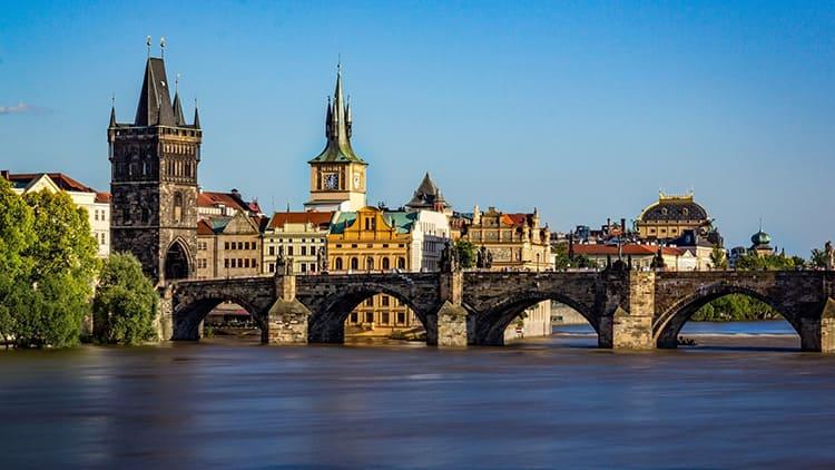 Создание Карлова моста на Влтаве (1357-1378 г.г.) с его въездной башней стало доминирующим мотивом Пражской архитектуры