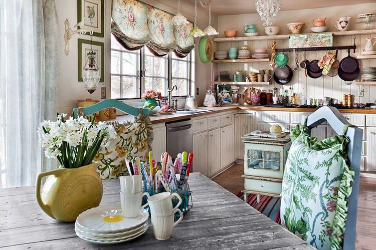 Приветствуются оборки, кружева и бантики, однако желательно сочетание с мебельной обивкой и другим текстилем