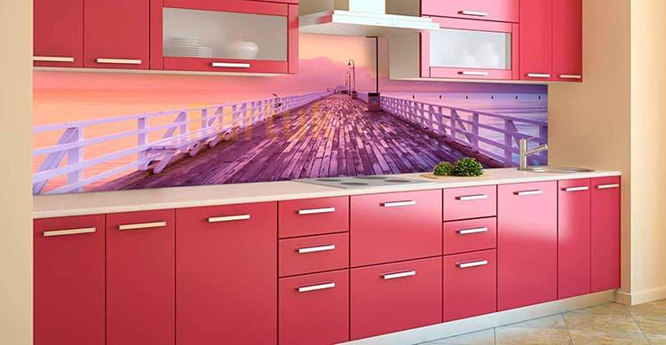 С помощью правильно подобранного рисунка можно визуально расширить кухню