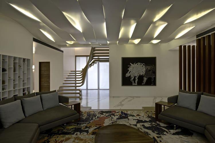 Гипсокартонный потолок в гостиной хай-тек