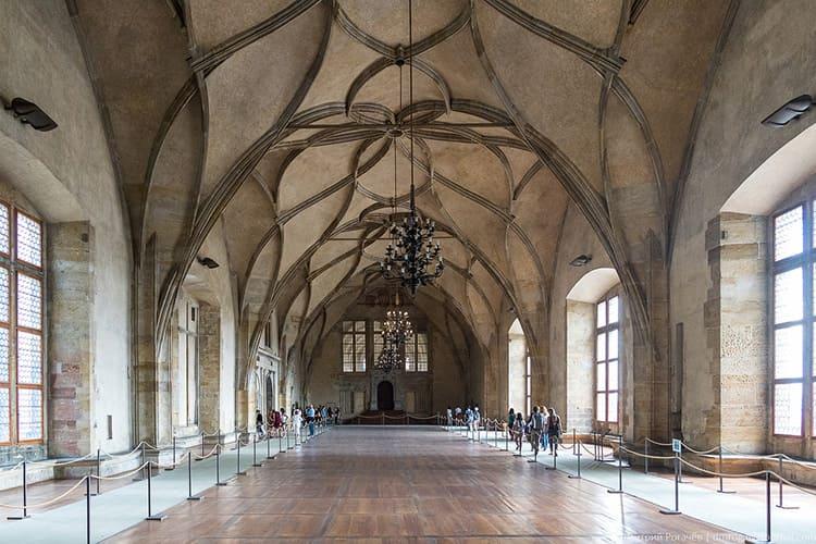 В помещении огромных размеров проводились не только королевские приёмы, но и конные рыцарские турниры
