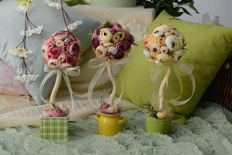Деревце счастья принято украшать яркими цветами, имитацией плодов, ароматными специями, лентами