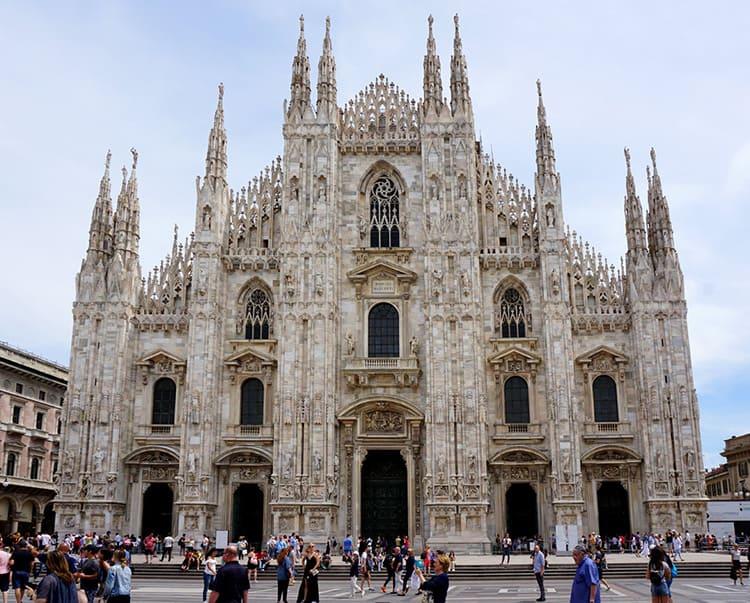 Миланский собор (1386 год) с множеством вертикальных линий, башенных надстроек, украшений из мрамора