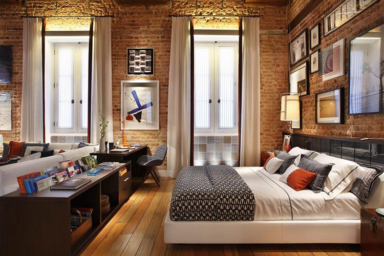 Лофтовая спальня выглядит довольно уютно