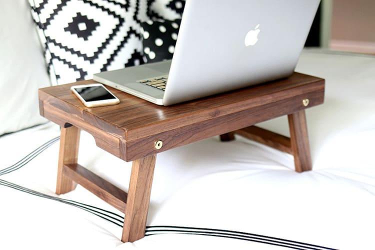 Прикроватные столики можно использовать и для работы за ноутбуком