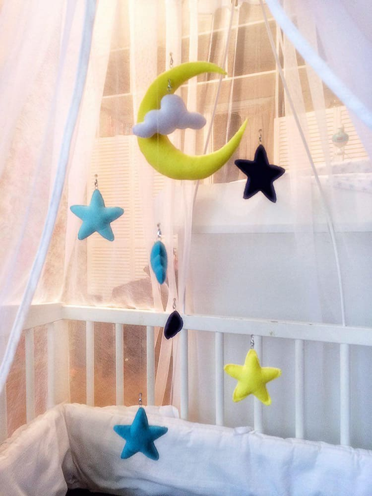 Мобиль на кроватку для новорождённого можно изготовить своими руками