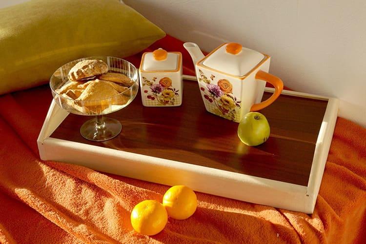 Поднос с ручками – удобная вещь для подачи завтрака в постель