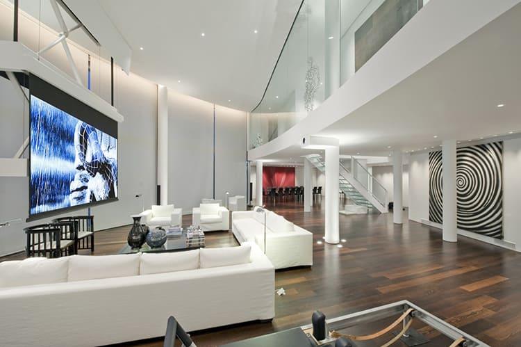 В зависимости от масштабов стиль хай-тек отлично может показать высокий статус владельца квартиры или дома