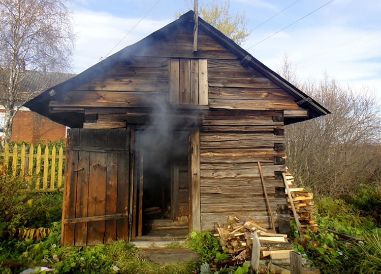 Между прочим, в старинные времена баня была особо почитаемым местом. Именно здесь проводили разные обряды и принимали роды