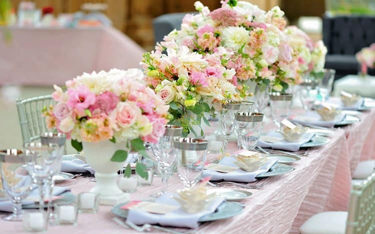 Такие композиции из искусственных цветов принято использовать на свадьбу и другие торжества