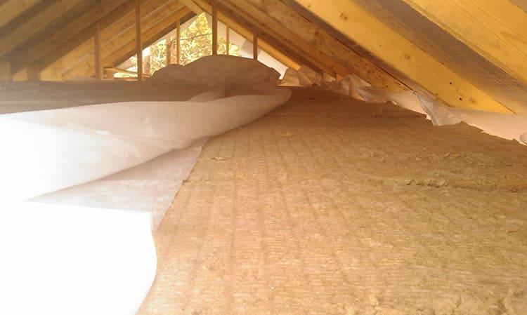 Утепление потолков при холодной кровле сводится к засыпке или обшивке утеплителем горизонтальной поверхности