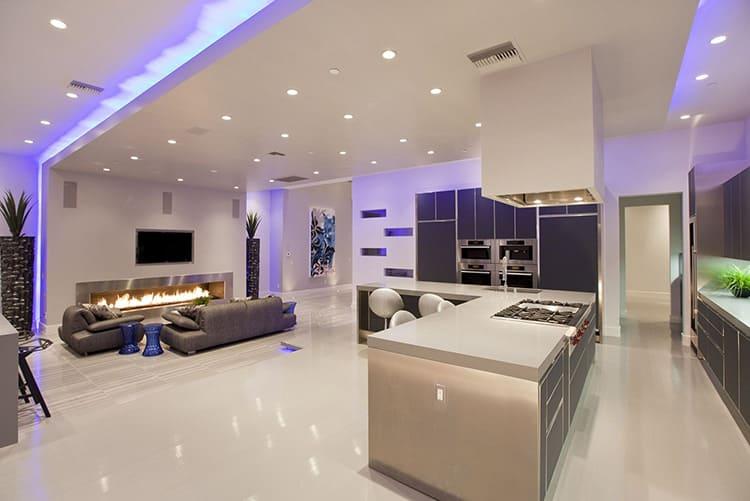 Грамотно продуманная система освещения в квартире-студии в стиле хай-тек