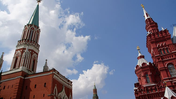 И всё же, некоторые веяния европейского стиля проскальзывают в стеновых и башенных строениях Московского Кремля