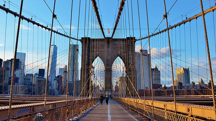 Знаменитый Бруклинский мост Нью-Йорка построен на арочных устоях в виде стрельчатых окон готических соборов