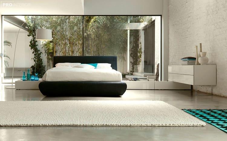 На пол можно постелить однотонный ковёр с высоким ворсом