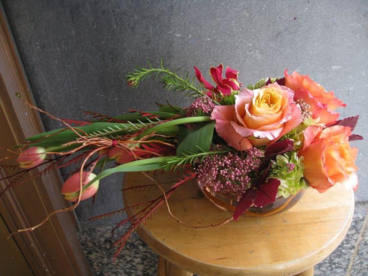 Формирование флористических композиций из искусственных цветов часто бывает ассиметричным и экстравагантным