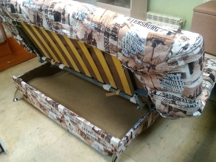 Вместительный ящик расположен под сиденьем дивана