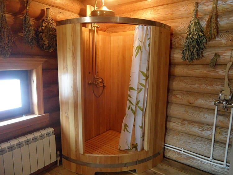 Например, душ на даче. Если вы бываете здесь наездами, летом на выходные, то, в принципе, можно и обшить душ деревом. Но только при условии, что оно будет обработано влагоотталкивающей пропиткой