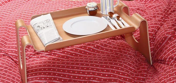 Фанерный столик для завтрака в постели