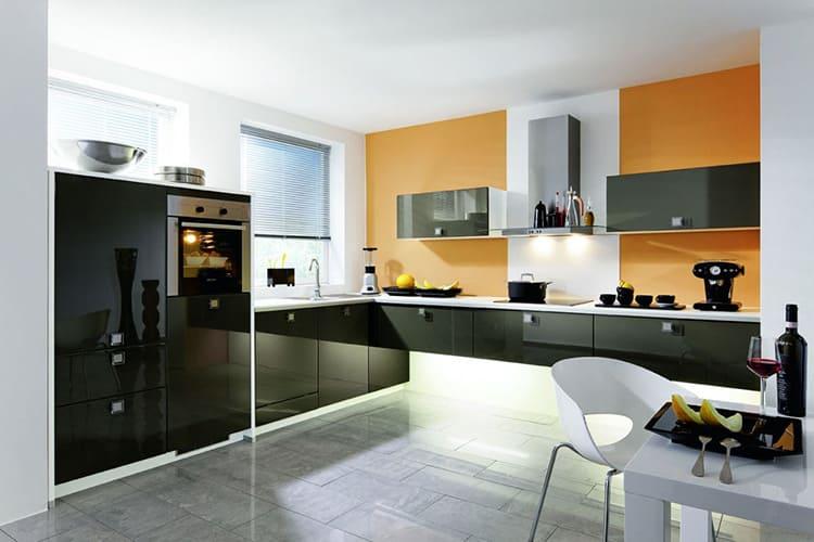 Чёрно-белая кухня с яркими акцентами