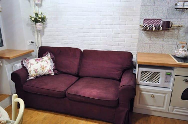 Прямые диваны – хорошее решение для просторных кухонь