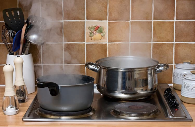 Пар от приготовления пищи, от приёма ванной и душа становится причиной повышенной влажности и сырости в квартире