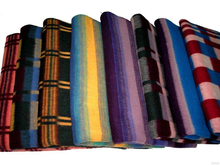 Из сырья делают нити и переплетают их на ткацких станках