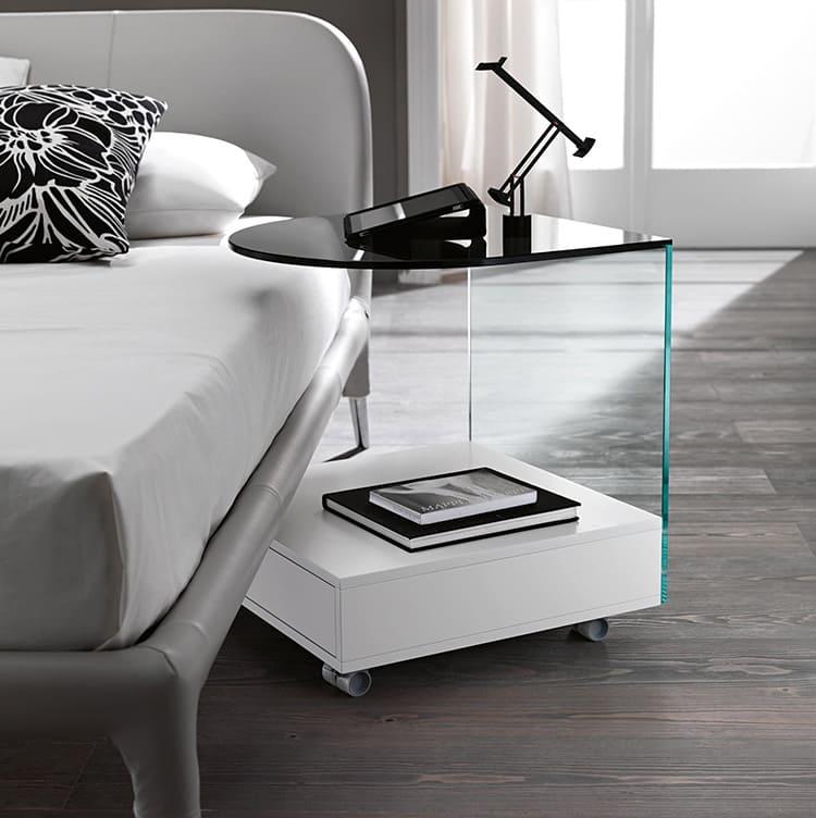 Мобильный стол из ЛДСП и стекла