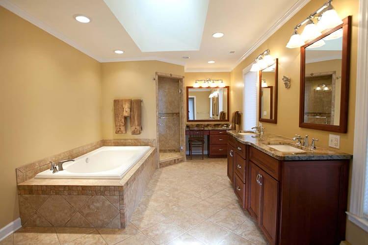 В просторной ванной можно установить практически любое необходимое сантехническое оборудование